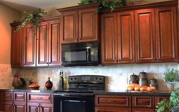 Кухня цвета красное дерево